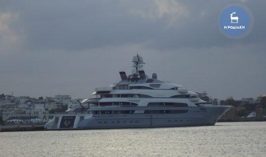 Πολυτελής θαλαμηγός στο λιμάνι της Ρόδου