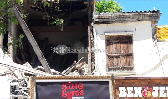 Κτίριο στο Ηράκλειο κατέρρεε και οι τουρίστες το …χάζευαν!