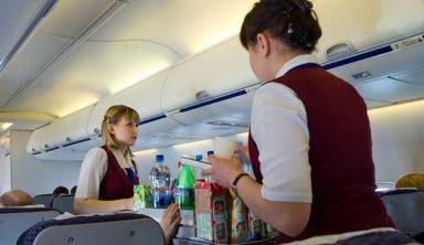 Το μοναδικό πράγμα που δεν πρέπει να πίνετε στο αεροπλάνο