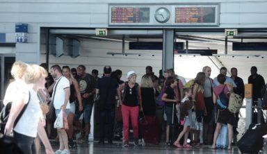 Χάος στο σταθμό μετρό του Ελ. Βενιζέλος: Τουρίστες σε ουρές για να βγάλουν εισιτήριο