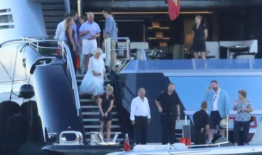 Στη Dailymail η επίσκεψη του πρίγκιπα Καρόλου με την Καμίλα Πάρκερ στο σκάφος της οικογένειας Αγγελόπουλου