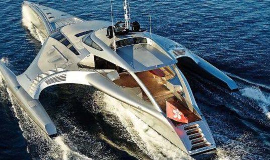 Αφωνοι στην Ψαρού με διαστημικό γιοτ, πλωτό υπερμοντέρνο παλάτι -Είναι «τρι-μαράν», πλοηγείται και μέσω… iPad (foto&video)