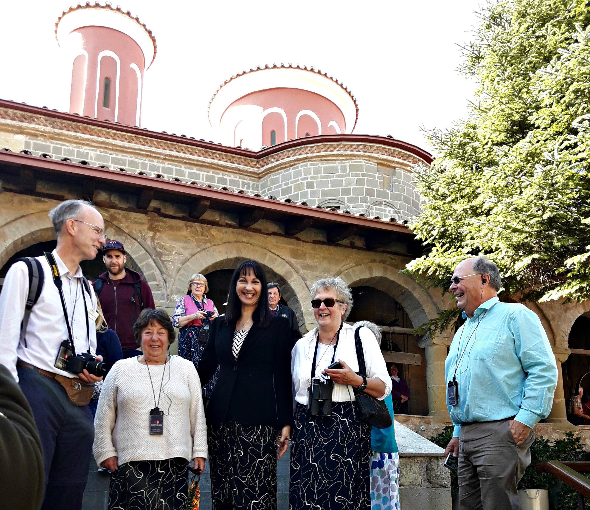 Η Υπουργός Τουρισμού με επισκέπτες στην είσοδο της Ι.Μ. Αγίου Στεφάνου