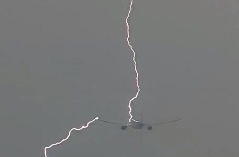 Απίστευτο βίντεο: Κεραυνός χτυπά Boeing 777 στον αέρα! (Βίντεο)