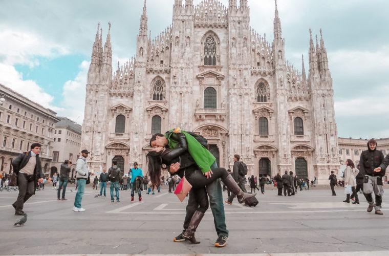 Το ζευγάρι που ταξιδεύει όλο τον κόσμο για να συναντηθεί και να βγάλει μια φωτογραφία