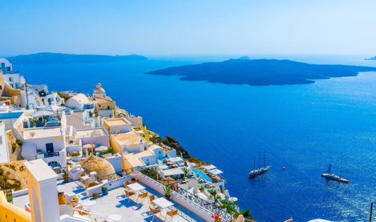 H Σαντορίνη, η Βενετία και στο βάθος ο… υπερ-τουρισμός