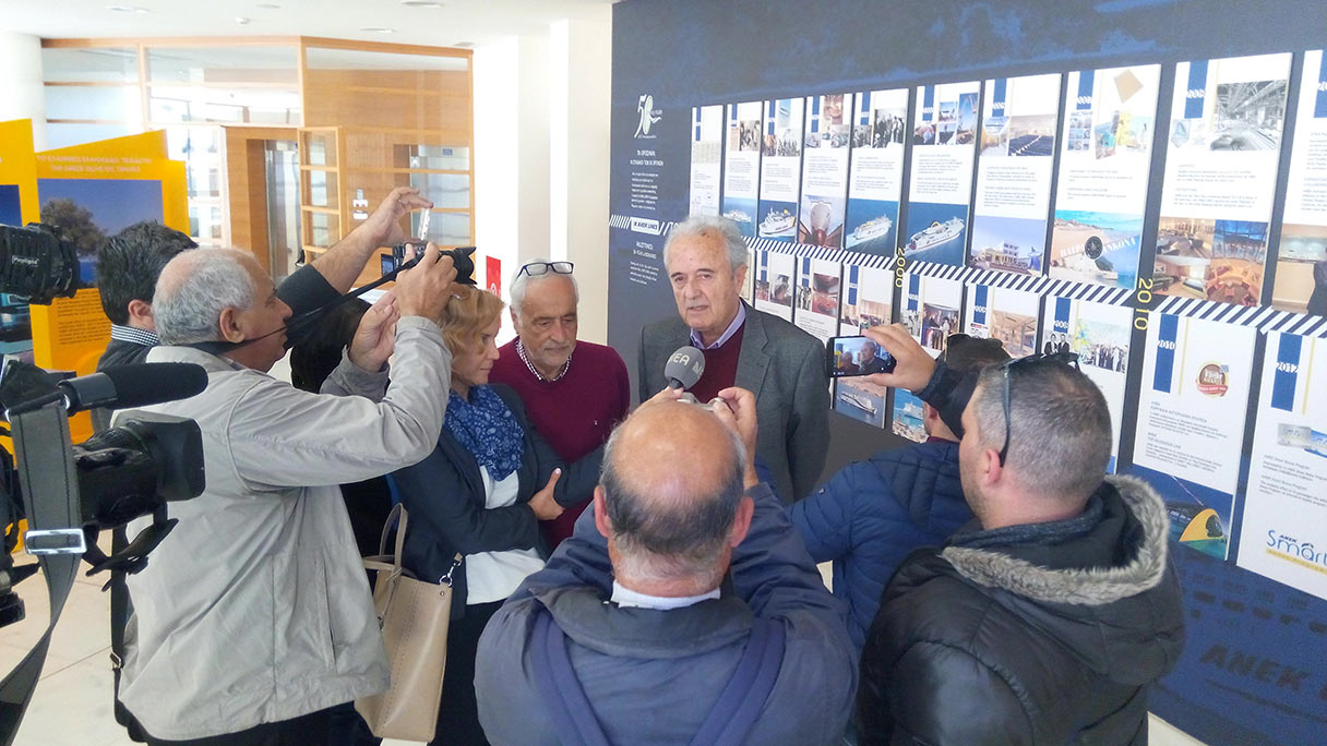 """Ο Πρόεδρος της ΑΝΕΚ Γιώργος Κατσανεβάκης, παρουσιάζοντας στα ΜΜΕ την έκθεση για τα """"50 Χρόνια ΑΝΕΚ Με πλώρη το μέλλον"""". Αριστερά του ο Αναπληρωτής Δ/νων Σύμβουλος της ΑΝΕΚ Γιώργος Αρχοντάκης."""