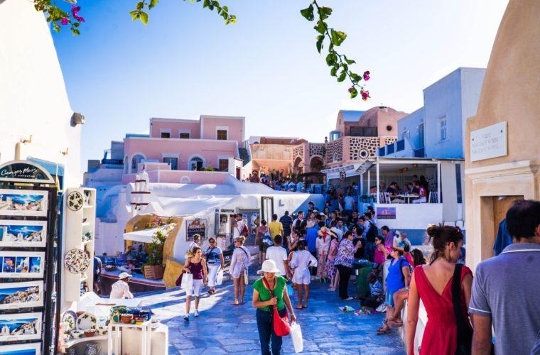 Ο «υπερ-τουρισμός» απειλεί να καταστρέψει τη Σαντορίνη, λέει ο δήμαρχος του νησιού