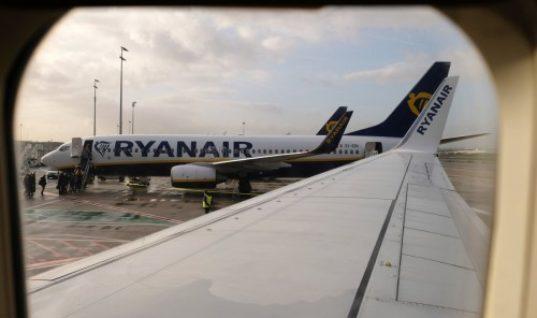Επιβάτης της Ryanair βαρέθηκε να περιμένει την αποβίβαση και αποφάσισε να βγει από την έξοδο κινδύνου