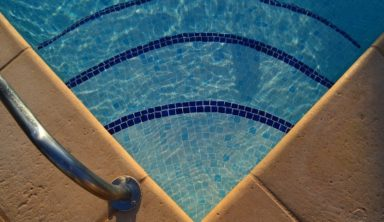 Airbnb: Νέο προϊόν με σπίτια που θυμίζουν ξενοδοχεία για εύρωστους ταξιδιώτες
