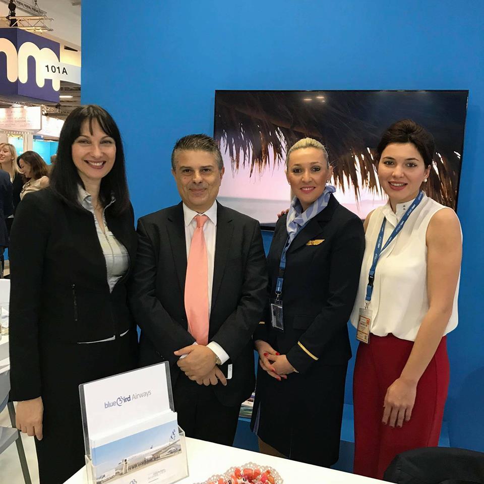 Η Υπουργός τουρισμού κα Έλενα Κουντουρά στο περίπτερο της Blue Bird με τον πρόεδρο της εταιρείας που έχει έδρα το Ηράκλειο,την κα Ευαγγελία Νταβυγλάκη από το εμπορικό τμήμα και την προϊσταμένη θαλάμου επιβατών Μαρία Γιγουρτάκη