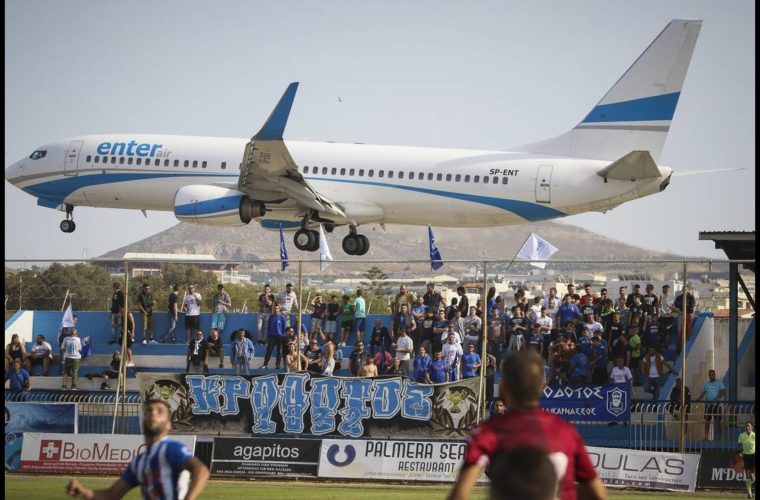 Αεροπλάνο πέρασε «ξυστά» από γήπεδο στην Κρήτη (Pic)