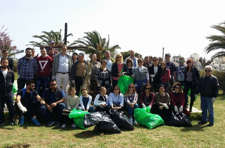 Το Κnossos Beach των αδελφών Λογιάδη καθάρισε τα τείχη του Ηρακλείου