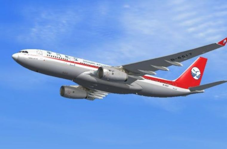 Εφιαλτική πτήση: Έσπασε το τζάμι του πιλοτηρίου και «ρούφηξε» τον συγκυβερνήτη (pics&video)