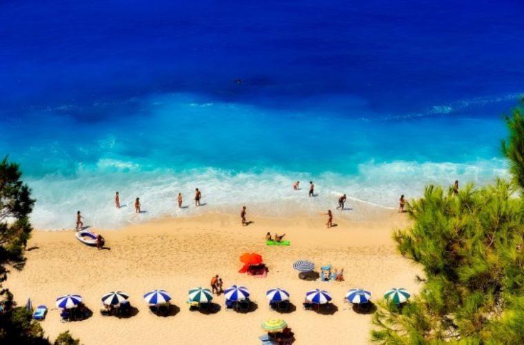 Ελληνικός τουρισμός: Η επιμήκυνση της περιόδου θα έφερνε επιπλέον 5 δισ.ευρώ έσοδα