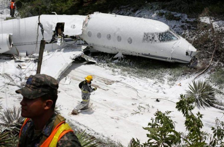 Εικόνες σοκ: Αεροπλάνο κόπηκε στα δυο! Σώθηκαν από θαύμα οι επιβαίνοντες [pics, vids