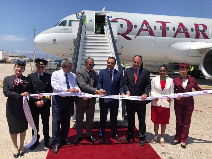 Ο πρέσβης του Κατάρ στην Ελλάδα Abdulaziz Al-Naama και ο δήμαρχος Μυκόνου Κωνσταντίνος Κουκάς στο παραδοσιακό κόψιμο της κορδέλας. Δίπλα τους ο περιφερειάρχης Νοτίου Αιγαίου Γιώργος Χατζημάρκος (αριστερά) και (δεξιά) ο Γενικός Διευθυντής Εμπορικής & Επιχειρηματικής Ανάπτυξης της Fraport Greece Γιώργος Βήλος και η Country Manager της Qatar Airways στην Ελλάδα Theresa Cissell.
