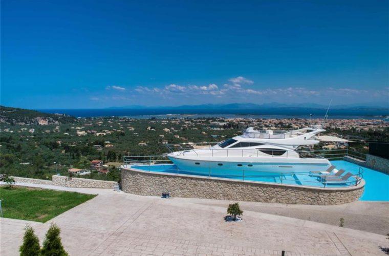 Ξενοδοχείο στη Λευκάδα έβαλε στην πισίνα του και νοικιάζει ένα… γιοτ! (Pics)