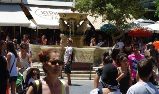Παζάρια ακόμα και στα…μαγνητάκια κάνουν οι τουρίστες