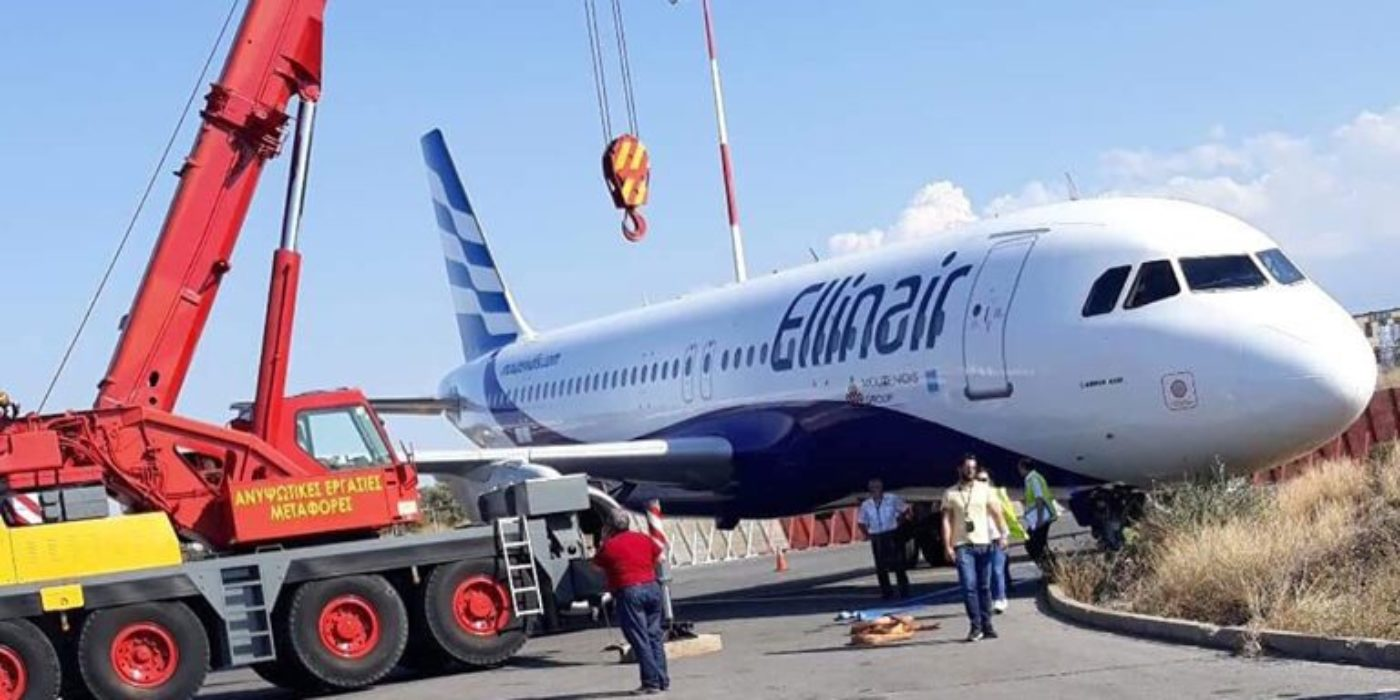 Ο γερανός σηκώνει το λαβωμένο Α320 της Ellinair στο Ν.Καζαντζάκης