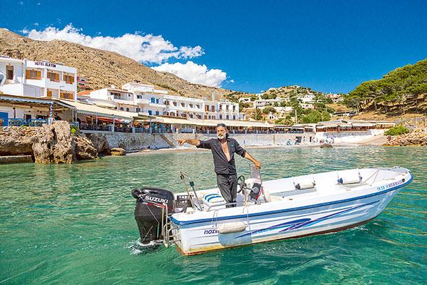 Στη Χώρα Σφακίων το σκάφος ή το βαρκάκι είναι το κύριο μέσο μετακίνησης. (Φωτογραφία: © ΠΕΡΙΚΛΗΣ ΜΕΡΑΚΟΣ)