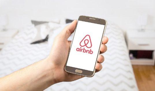 Πώς η Airbnb προσπαθεί να πάρει ξενοδοχεία από τις μεγάλες πλατφόρμες κρατήσεων