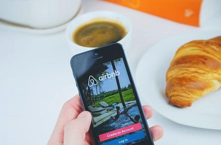 Έρευνα: Όλοι οι φόροι που αποδίδει η Airbnb σε 56 πόλεις στον κόσμο- Εκτός η Ελλάδα