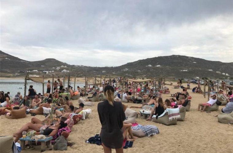 Η… εξαφάνιση του Έλληνα τουρίστα: Πάει στα νησιά μόνο ως γκαρσόνι