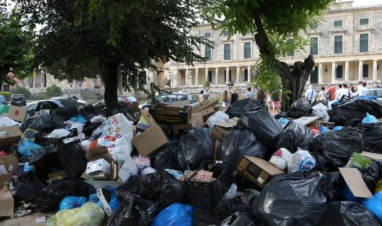 Ζημιά… δεκαετίας λόγω σκουπιδιών βλέπουν οι ξενοδόχοι της Κέρκυρας