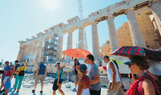 Handelsblatt: Οι πυρκαγιές δεν επηρεάζουν τον τουρισμό στην Ελλάδα