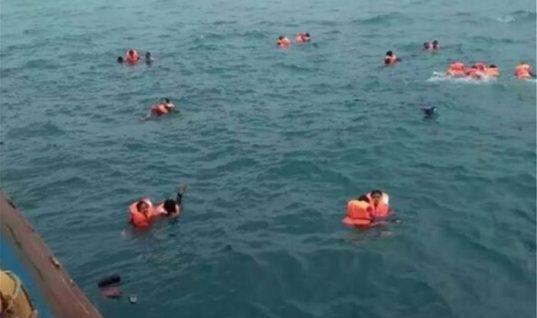 Εικόνες σοκ από ναυάγιο φέρι μπόουτ: Έντρομοι επιβάτες γαντζώνονται στα κάγκελα και μετά πέφτουν στο νερό