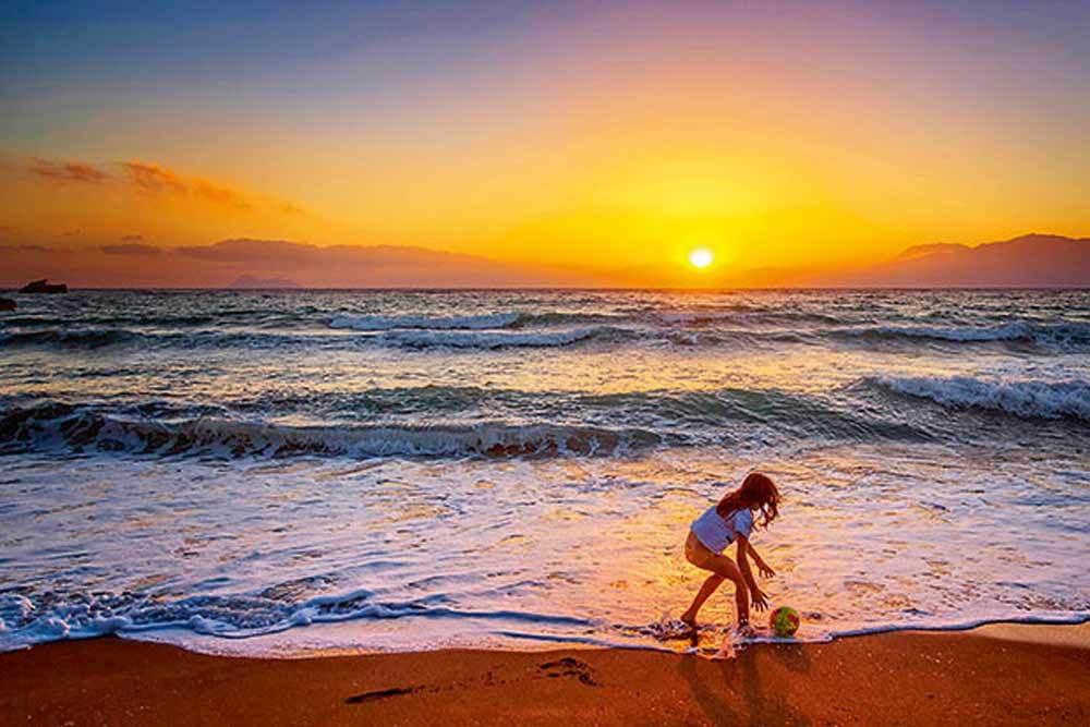 H μεγάλη παραλία του Κομμού, δίπλα στα Μάταλα, ιδανική για παιχνίδια στην άμμο. (Φωτογραφία: © ΠΕΡΙΚΛΗΣ ΜΕΡΑΚΟΣ)