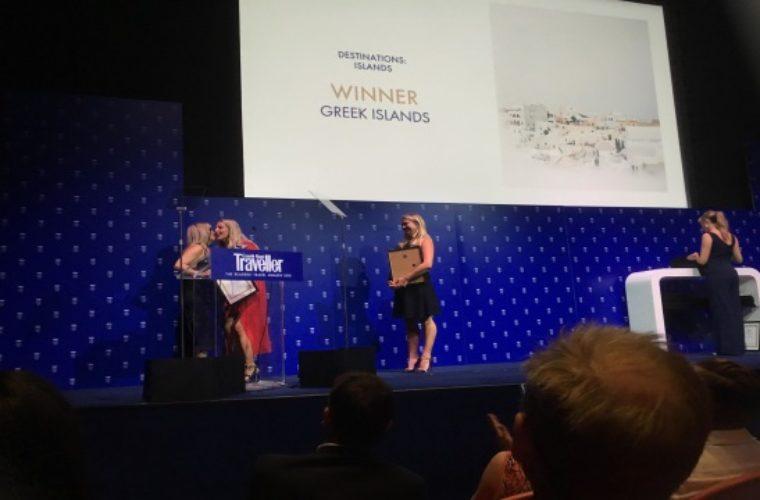 Η κα Έμμυ Αναγνωστοπούλου (αριστερά), Προϊσταμένη του Γραφείου Ε.Ο.Τ. Ηνωμένου Βασιλείου και Ιρλανδίας, παραλαμβάνει το βραβείο στην κατηγορία «Καλύτερα νησιά παγκοσμίως