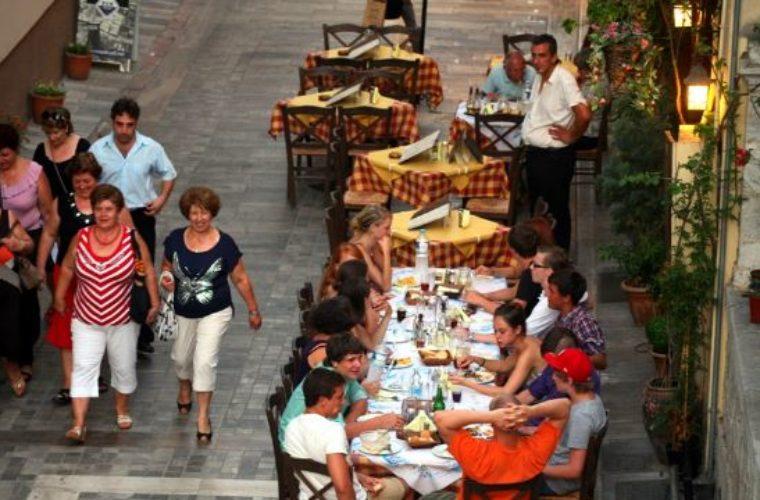 Μεγαλώνει το μερίδιο δαπανών των Ελλήνων για ξενοδοχεία, καφέ και εστιατόρια