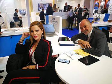 Η κα Μαρίτα Καράτζη με τον Ηλία Καλαθά που παρουσίασαν το λαμπερό Nana Princess