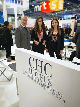 Ο Ζαχαρίας Χναρης της CHC HOTELS με την ομάδα του Εβελυν Σπύρου και Ματίνα Κεφάλα