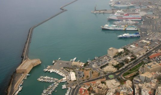 Ηράκλειο: Επέστρεψε άρον – άρον στο Λιμάνι το πλοίο από Σαντορίνη!