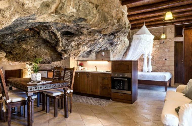 Το πιο περιζήτητο Airbnb σπίτι στην Ελλάδα βρίσκεται στην Κρήτη και είναι μέσα σε μια σπηλιά!