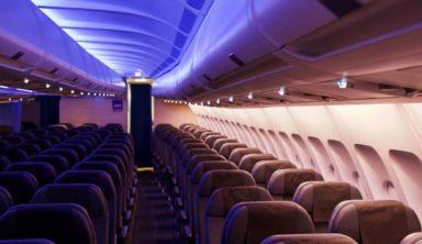Γνωρίζατε γιατί ο φωτισμός στο αεροπλάνο χαμηλώνει κατά την απογείωση και την προσγείωση;